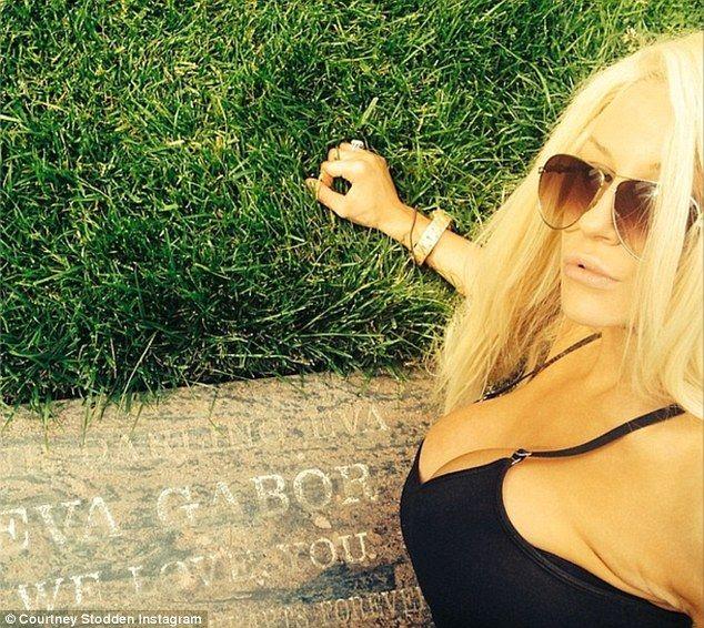 Amerykańska gwiazda strzela sobie focię znad grobu (FOTO)