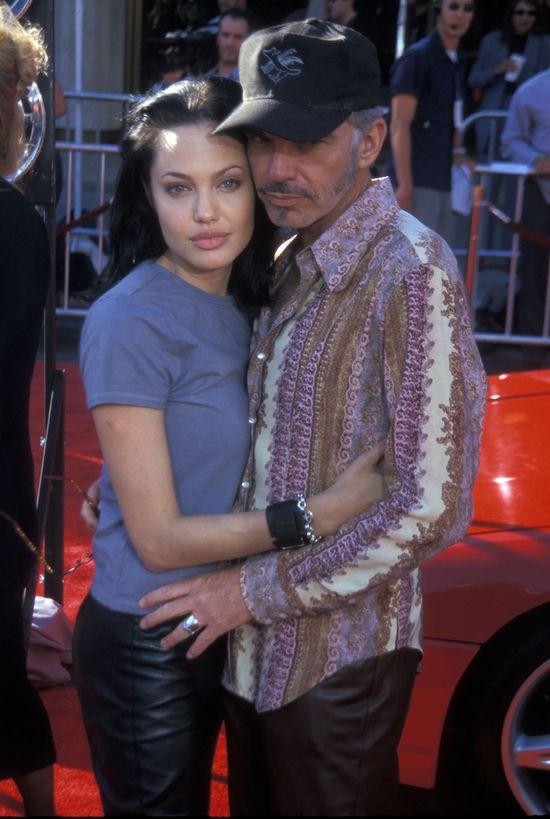 """Kiedyś kobiety z całego świata chciały mieć usta jak Angelina Jolie (39 l.), dzisiaj zazdroszczą jej jego - Brada Pitta (50 l.). Jednak zanim los postawił tego księcia z bajki na drodze aktorki, musiała ona poślubić """"dwie żaby"""". Pierwszym mężem Angie był Johnny Lee Miller którego poznała na planie Hakerów. Wzięli ślub w 1996 roku. Trzy lata później byli już po rozwodzie. 12 miesięcy później Angelina ponownie stanęła przed ołtarzem, tym razem z Billem Bobem Thornthonem. Rozwiedli się również po trzech latach. W obu przypadkach małżeństwa rozchodziły się w przyjaźni - bez żadnych zdrad i publicznego prania brudów."""