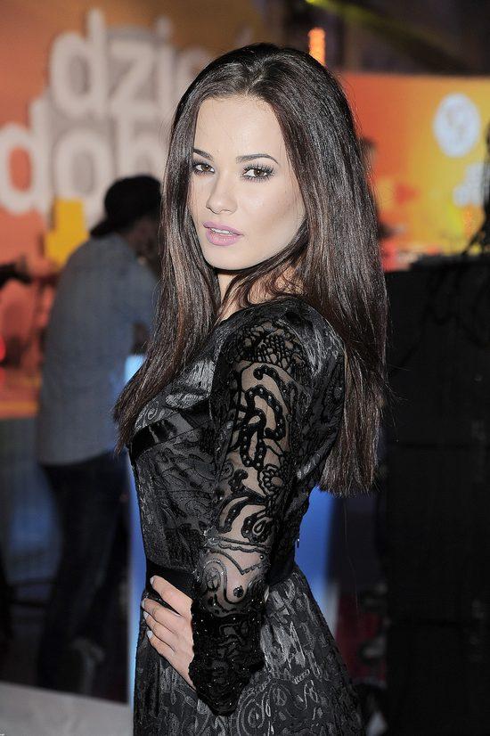 Natalia Szroeder w czarnej sukience z półprześwitującej tkaniny.