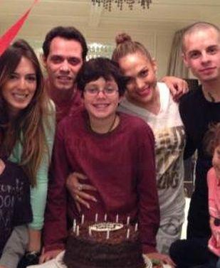 Jennifer Lopez pozuje z chłopakiem i… byłym mężem (FOTO)