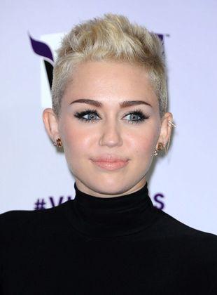 Miley Cyrus i jej dzieło – choinka (FOTO)
