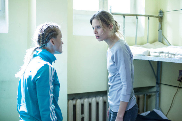 Iwona Guzowska w roli dresiary, katującej współwięźniarkę