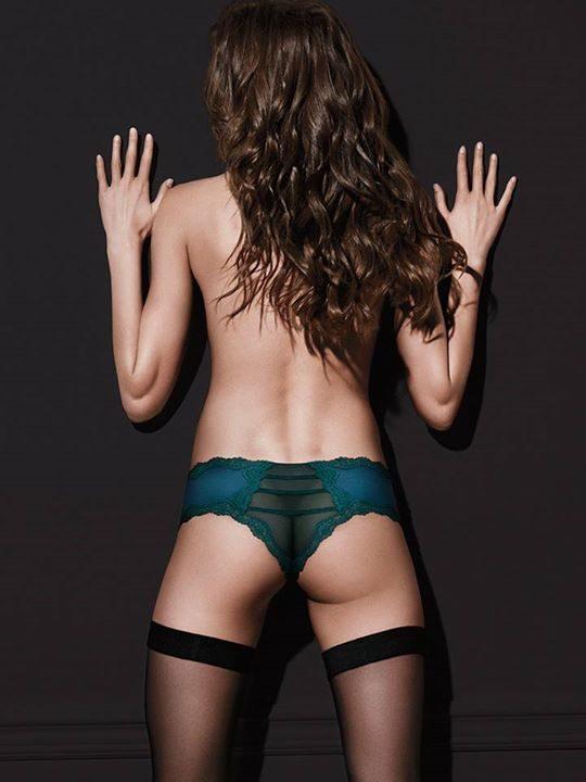 Zdjęcie promocyjne Victoria's Secret. Jest pięknie, tylko... gdzie się podział lewy pośladek modelki?