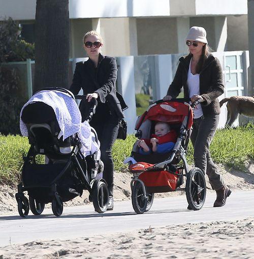 Anna Paquin na spacerze z bliźniakami (FOTO)