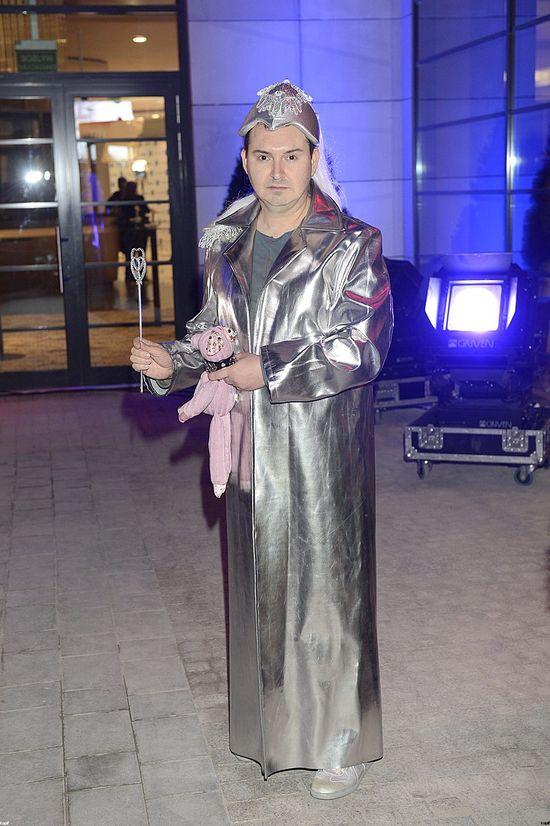 Michał Witkowski w srebrnym płaszczu i czapeczce