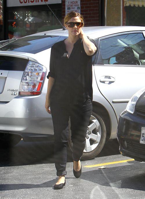 Drew Barrymore coraz trudniej ukryć brzuszek (FOTO)