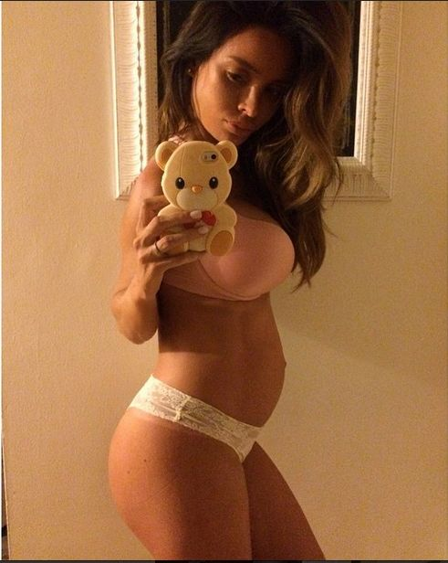 Sarah Stage – modelka z sześciopakiem w ciąży