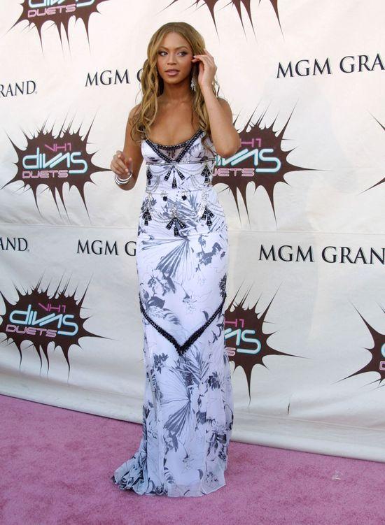 Beyonce 2003 w białej sukni z granatowymi wzorami
