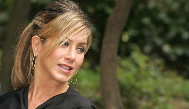 Jennifer Aniston ukrywa się pod olbrzymim kapturem.