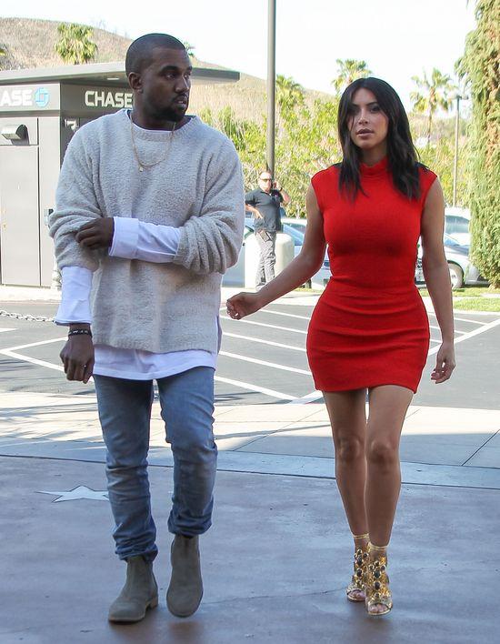Kim Kardashian w czerwonej mini i Kanye West na radnce, marzec 2014