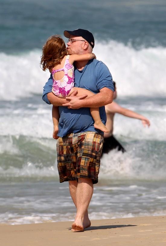 2010 - szczęśliwe wakacje, rodzina w komplecie. Tu Philip Seymour Hoffman całuje córeczkę Tullulah.