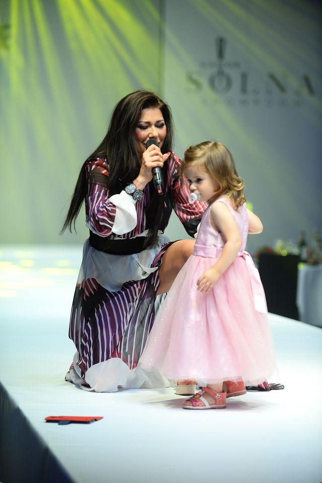 Iwona Węgrowska pozuje z córeczką Lili