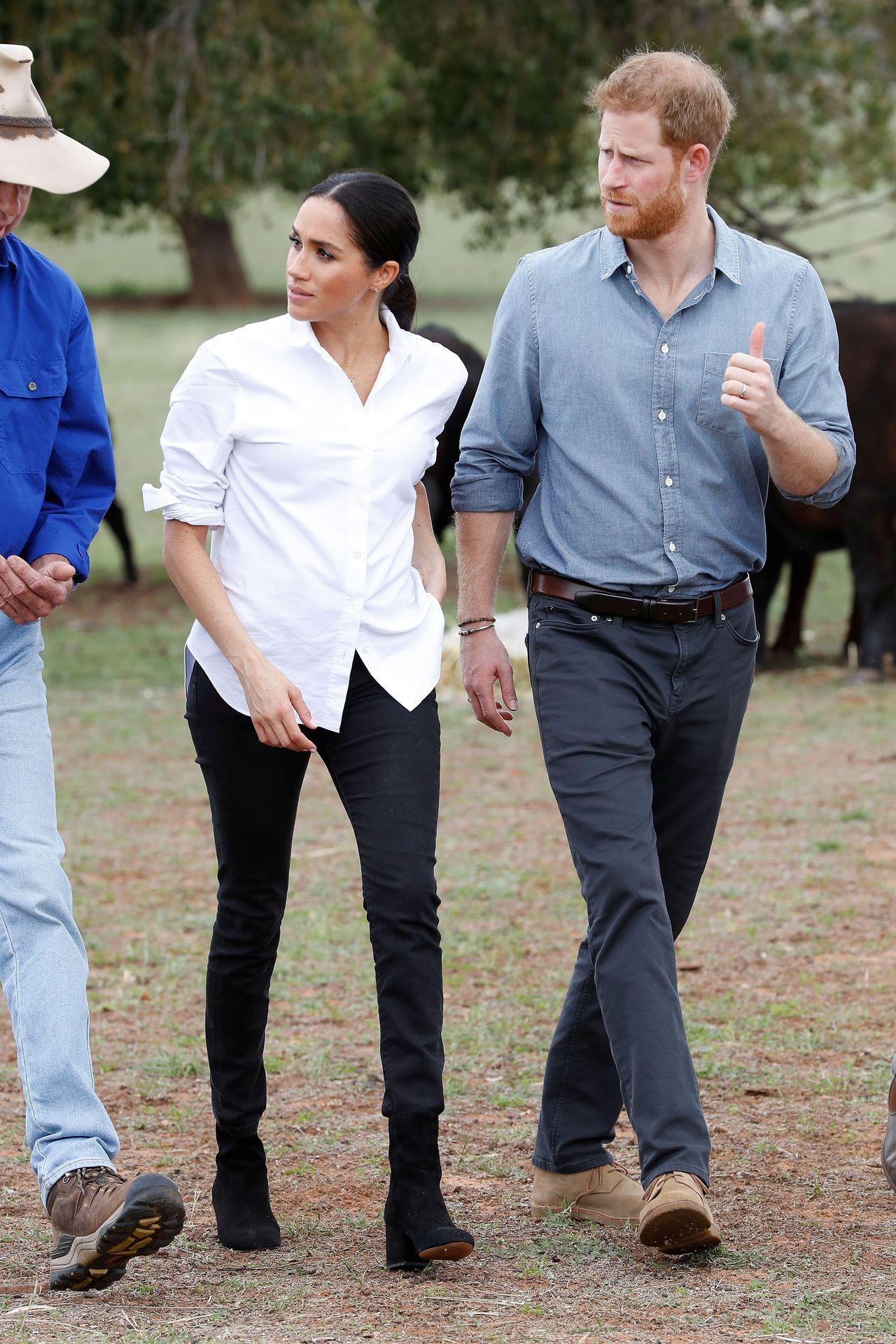 Księżna Meghan w luźnej koszuli, ale ciążowego brzuszka nie da się już ukryć