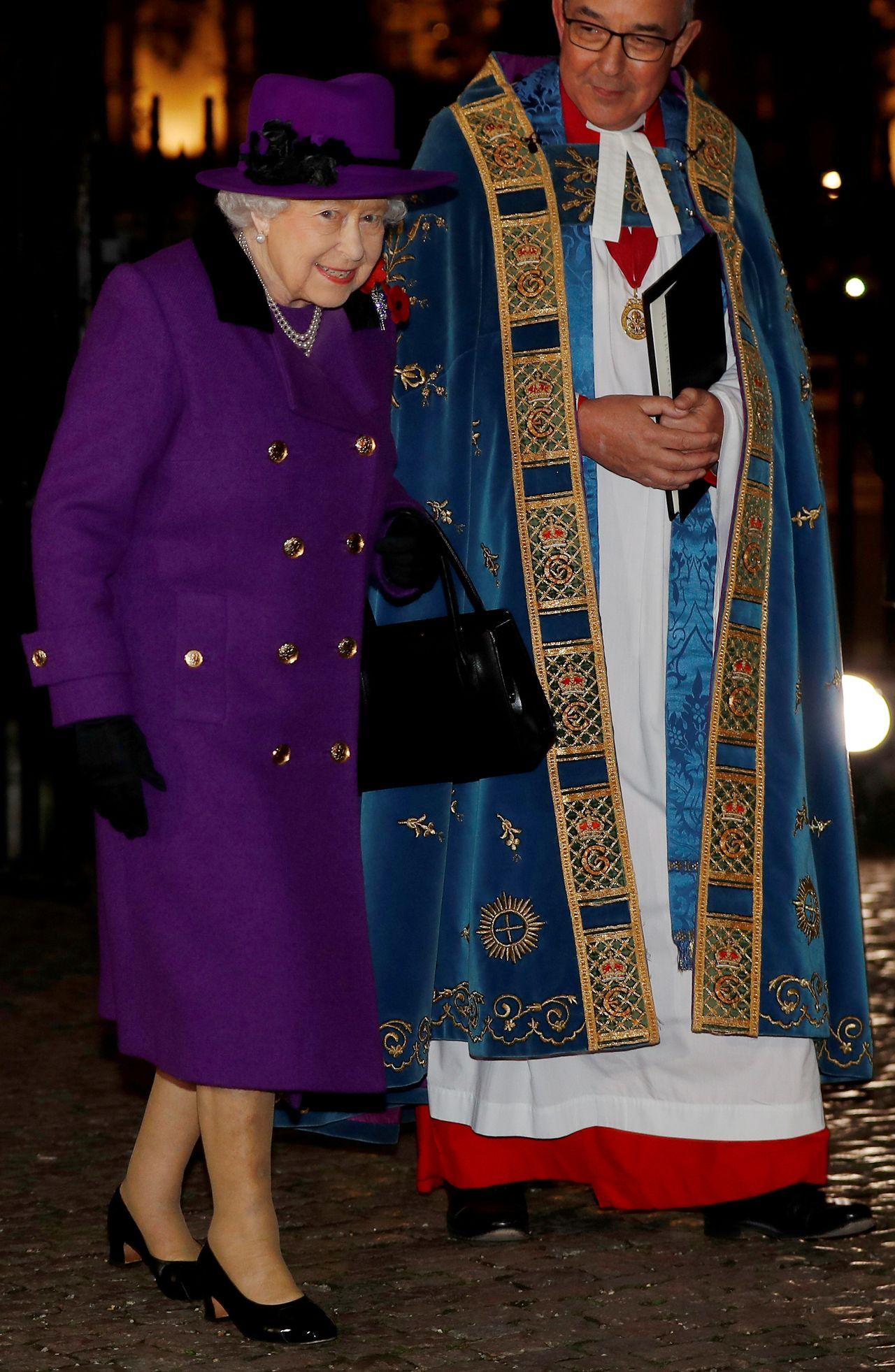 Dlaczego na zdjęciu urodzinowym księcia Karola nie ma królowej Elżbiety?