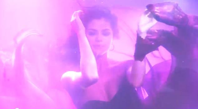 Mokra i seksowna Selena Gomez [VIDEO]