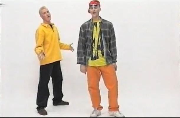Poznajecie tego tlenionego gościa w żółtej bluzie? (VIDEO)