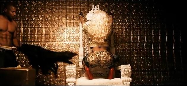 Nicki Minaj i jej sztuczne piersi w nowym teledysku (VIDEO)