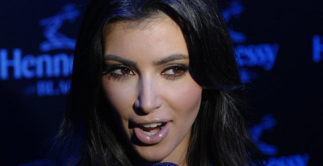 Kim Kardashian wtopiona w czerń (FOTO)