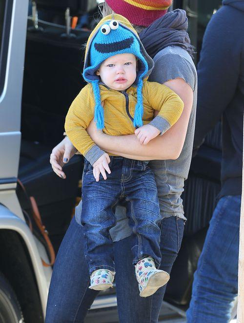 Czyj to słodki maluch ma taką zabawną czapę? (FOTO)