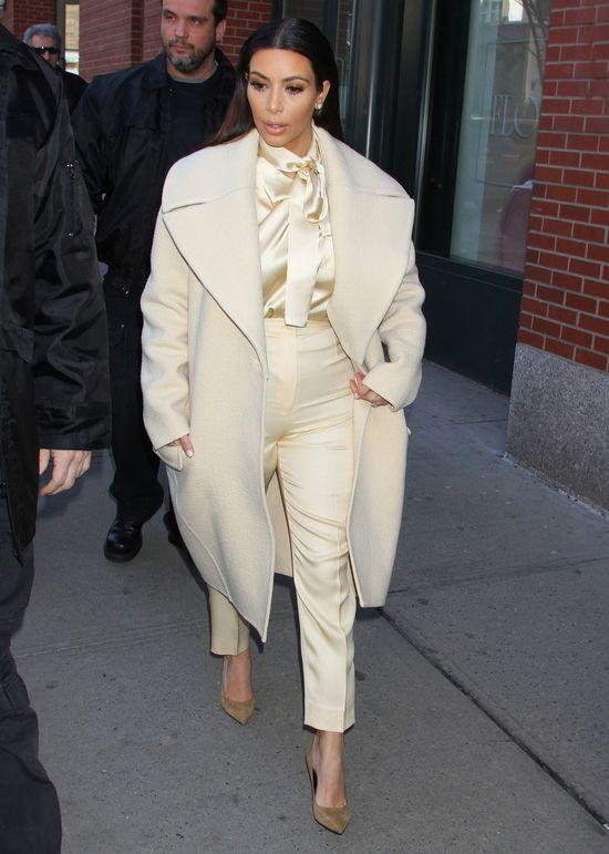 Kim Kardashian w satynowej koszuli i spodniach w kant