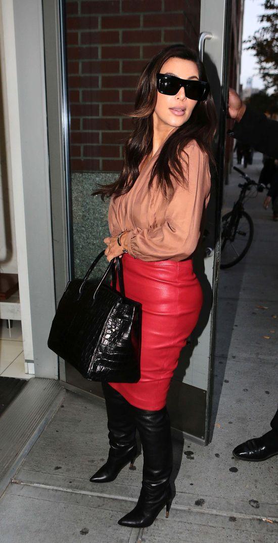 Kim Kardashian odziała swoje kształty w skórę