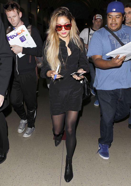 Vanessa Hudgens w czarnym kombinezonie i blond włosach na lotnisku w LA, 2014 rok