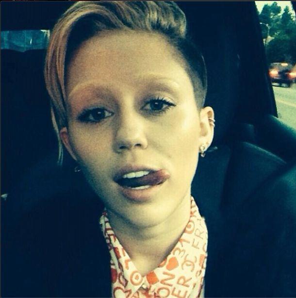 Miley Cyrus, jasne brwi