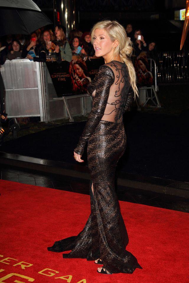 Ellie Goulding w czarnej sukni z koronkową wstawką na plecach
