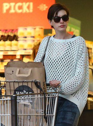 Hathaway robi zakupy w markecie ze zdrową żywnością (FOTO)