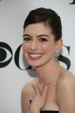 Anne Hathaway szykowna w czerni (FOTO)