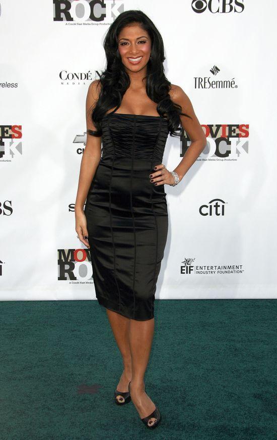 Nicole Scherzinger w małej czarnej sukience na zdjęciu sprzed lat