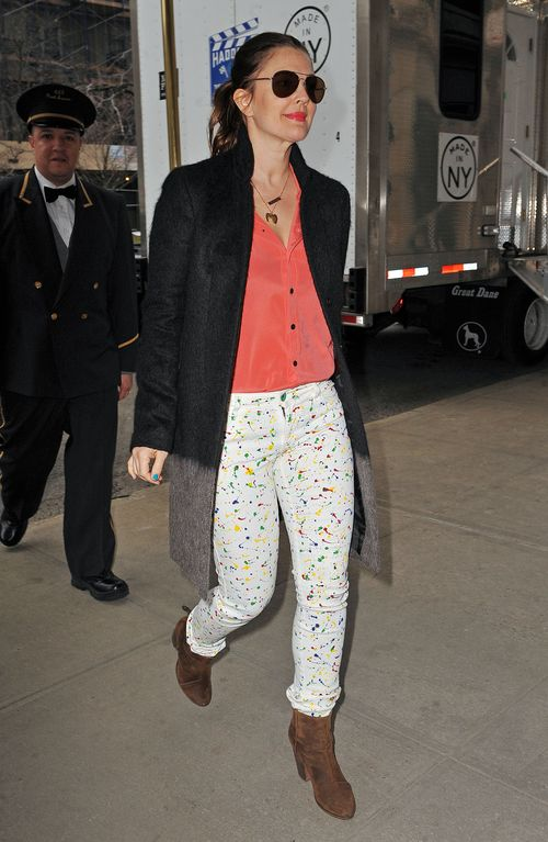 Ta aktorka ostatnio gustuje w naciapanych spodniach (FOTO)
