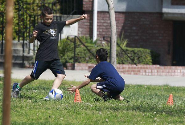 Maddox i Pax Jolie-Pitt chcą zostać piłkarzami? (FOTO)