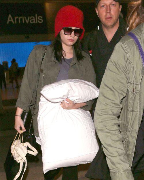 Demi Lovato podróżuje z wielką poduchą (FOTO)