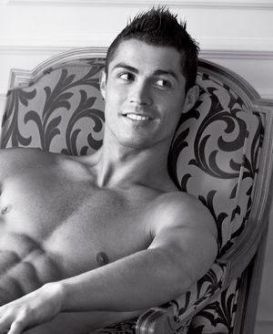 Cristiano Ronaldo po raz kolejny rozebrał się dla Armaniego