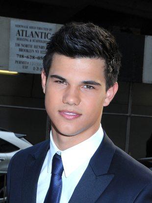 Taylor Lautner przemienia się wilkołaka (VIDEO)