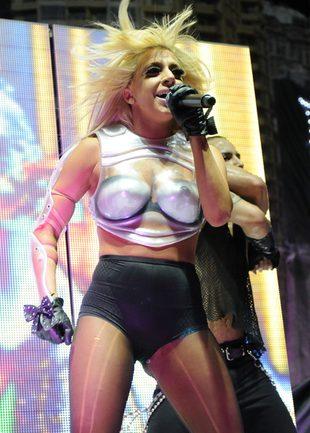 Strzelające piersi Lady GaGa