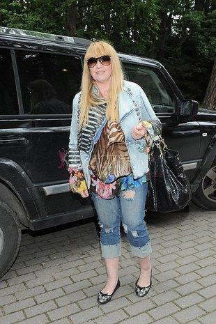 Jest po sześćdziesiątce i nosi dziurawe dżinsy (FOTO)