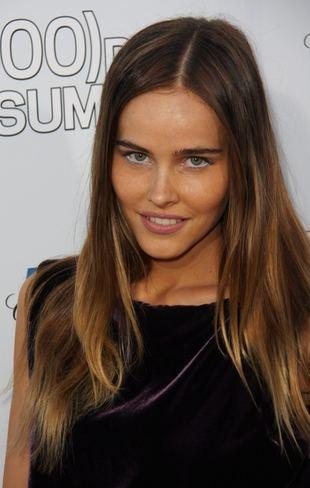 Seksowna Isabel Lucas naciąga mokre dżinsy
