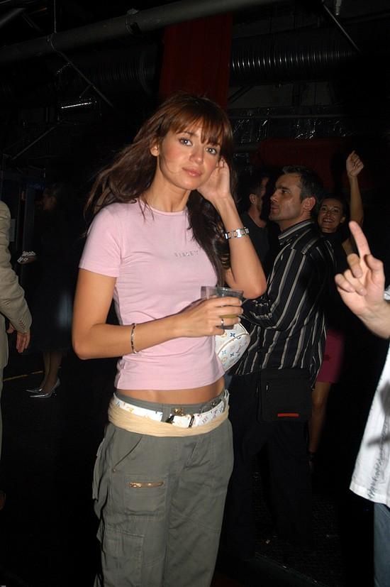 Anna Przybylska w długich kasztanowych wosach z grzywką, Art&Business Party w klubie Qult - 2004 r.