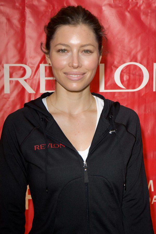 Jessica Biel w sportowym stylu na imprezie marki Revlon w 2010 roku.