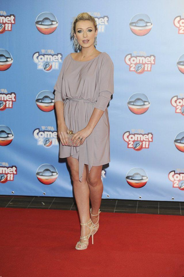 Kasia Cerekwicka w beżowej sukience - tunice na gali Viva Comet 2011. Do sukienki gwiazda dobrała cieliste sandały.