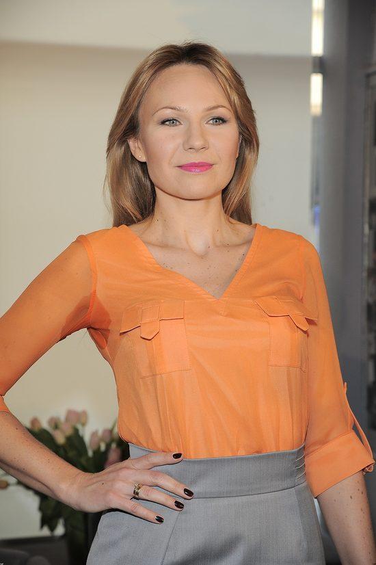 Anna Guzik na konferencji Polsat Cafe w pomarańczowej bluzce i popielatej spódnicy
