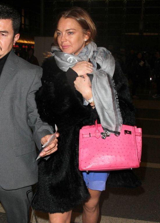 Lindsay Lohan w szarym szalu