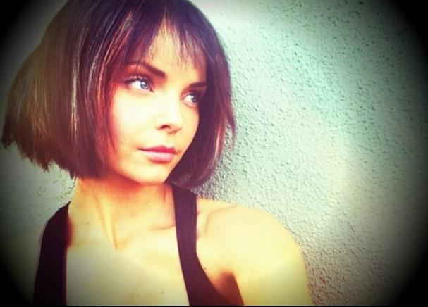 Iza Miko krótkie włosy