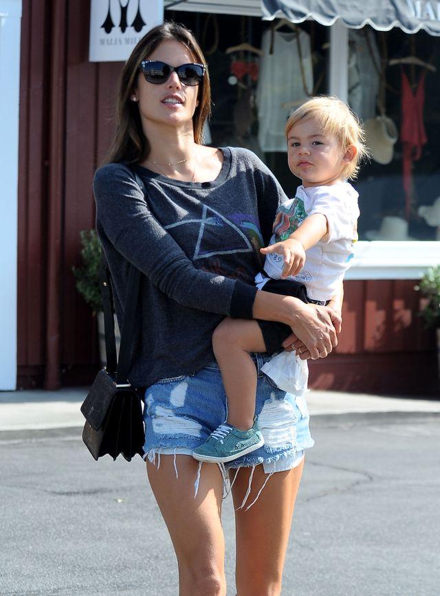 Alessandra Ambrosio zabrała synka Noah Mazura na śniadanie do baru.
