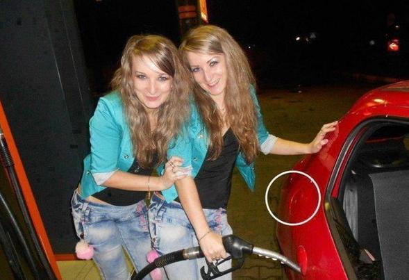Ups! Te blondynki koniecznie chcia�y zrobi� sobie zdj�cie podczas tankowania samochodu. Szkoda tylko, �e tankowa�y... do drzwi auta.