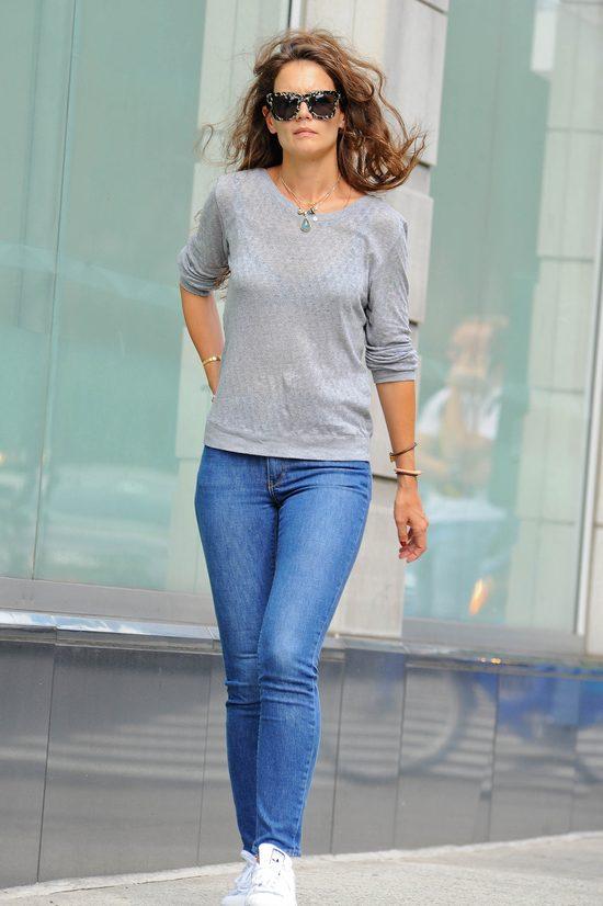 Katie Holmes na co dzień wybiera proste stylizacje - tu w dżinsach, białych tenisówkach i szarym sweterku.