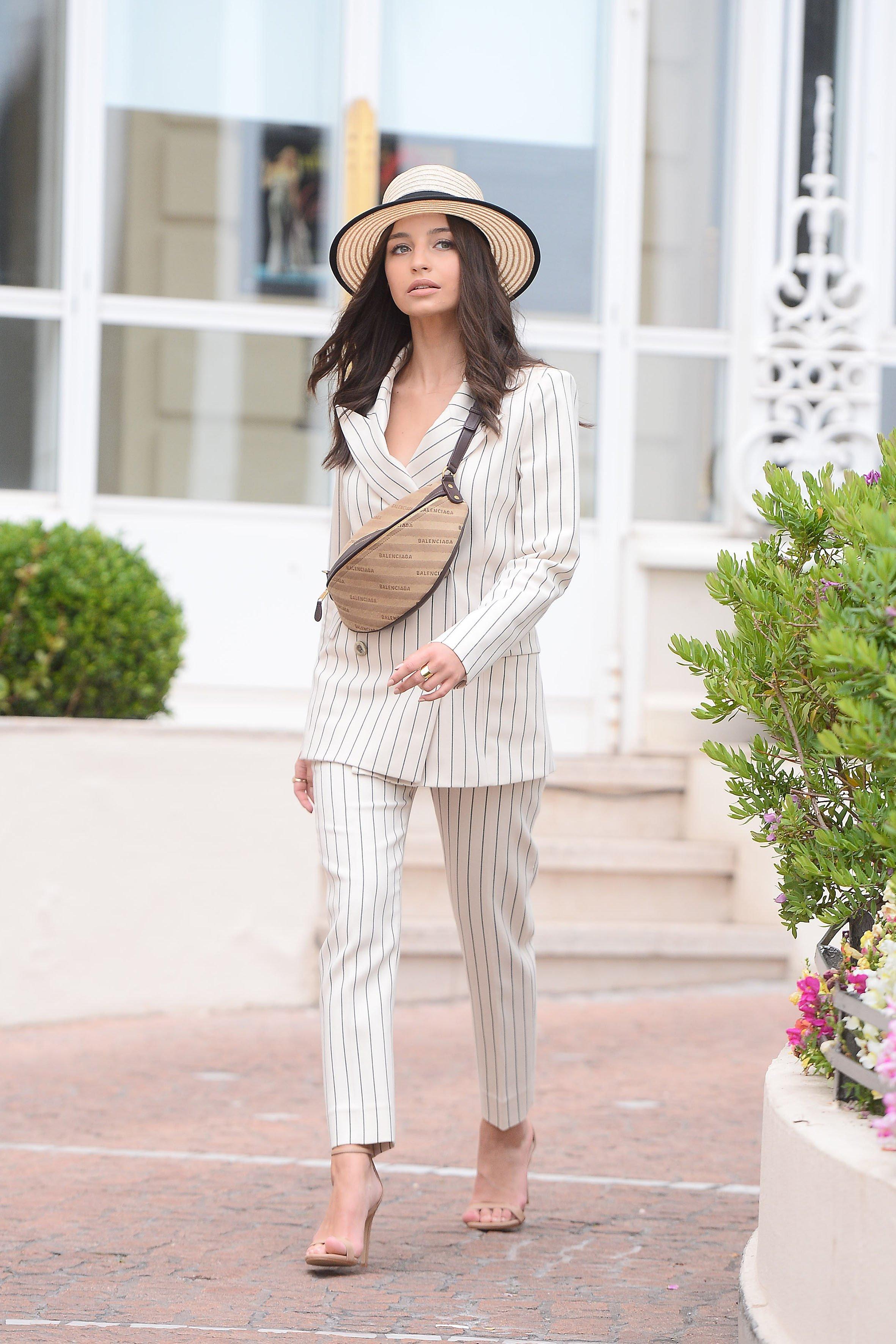 Pasiasta Julia Wieniawa pręży się na schodach w Cannes
