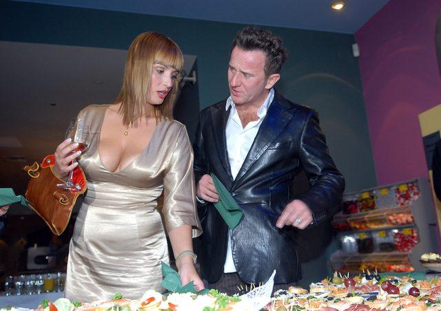 """Joanna Brodzik i Pawe� Wilczak w 2011 roku na premierze filmu """"Jasne b��kitne okna"""". Brodzik w b�yszcz�cej sukni z du�ym dekoltem."""